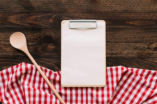 Cuillère et presse-papiers près de la serviette