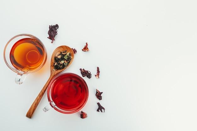 Cuillère à thé de thé séché sur fond blanc