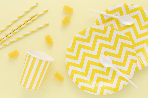 Cuillères et assiettes en plastique sur table