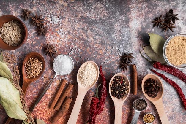 Cuillères aux épices et fond rouillé