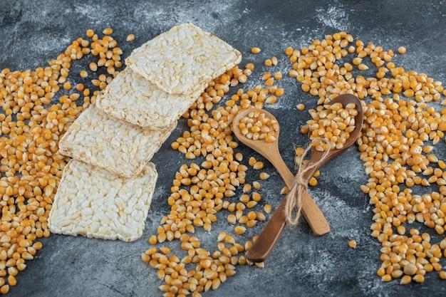 Cuillères en bois de maïs sucré avec du pain de riz croustillant.