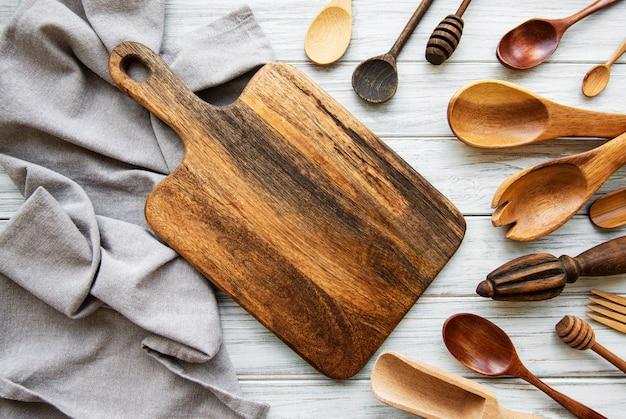 Cuillères en bois et planche à découper