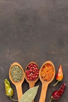 Cuillères en bois avec une variété d'épices