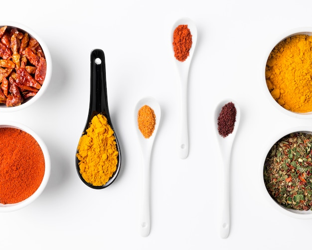 Cuillères et bols avec des épices