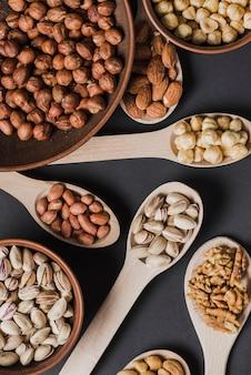 Cuillères et bols de gros plan avec des noix