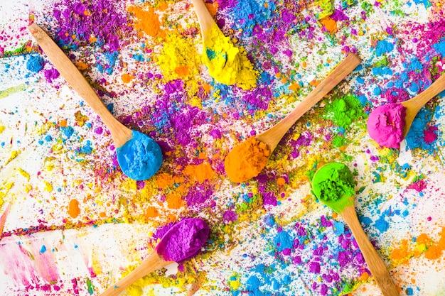 Cuillères avec différentes couleurs vives et sèches