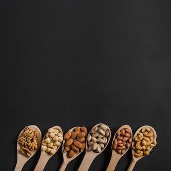 Cuillères avec différents noix
