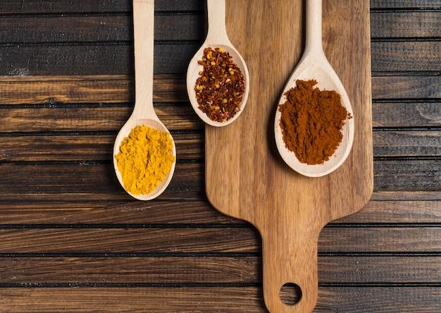 Cuillères à épices et planche à découper sur table