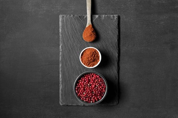 Cuillères avec épices en poudre sur table