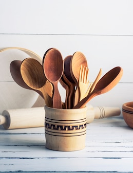 Cuillères et fourchettes en bois dans un récipient en bois