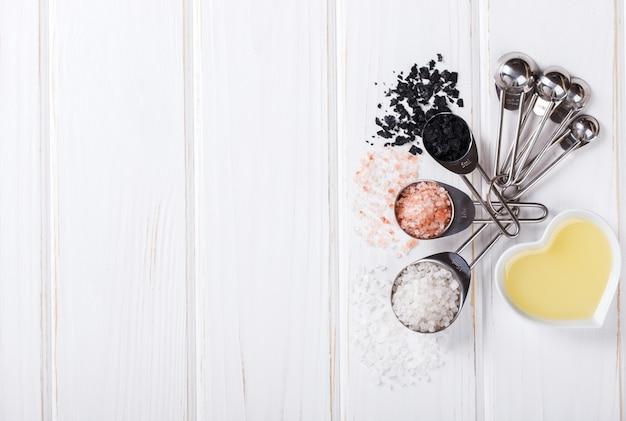 Cuillères à mesurer sel, blanches, noires, roses
