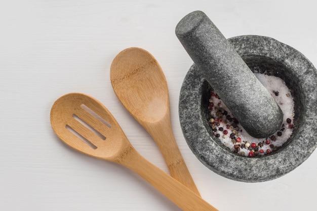 Cuillères près de mortier avec des épices