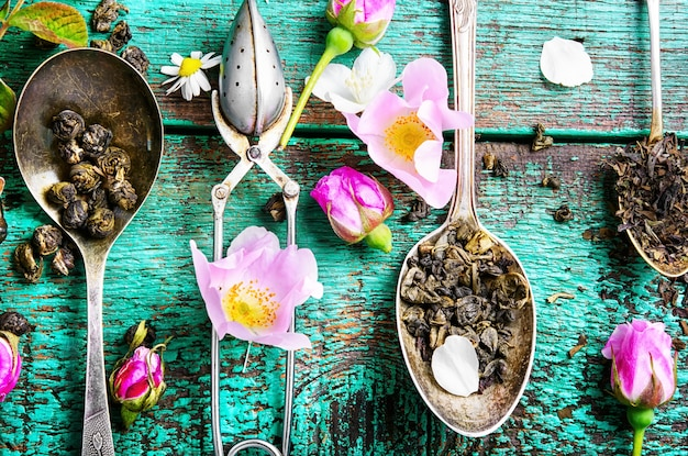 Cuillères à thé avec des feuilles de thé