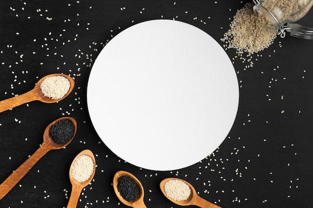 Cuillères vue de dessus avec des graines et un cercle blanc