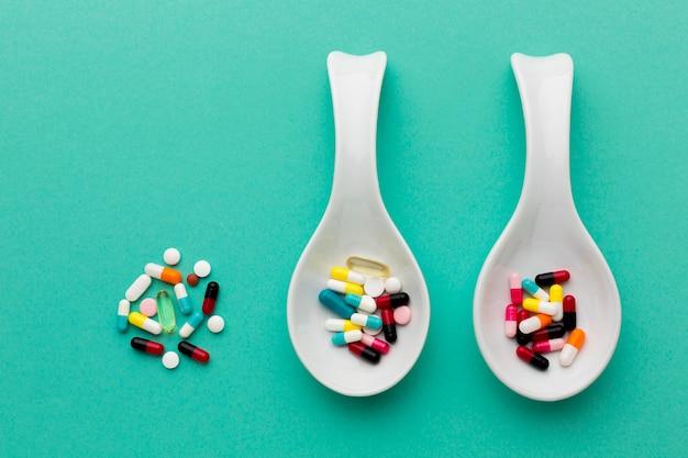 Cuillères vue de dessus avec des pilules