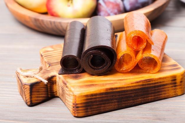 Cuir de fruits secs sur planche de bois, prune et pomme