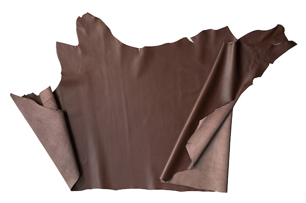 Le cuir marron est placé sur un fond blanc