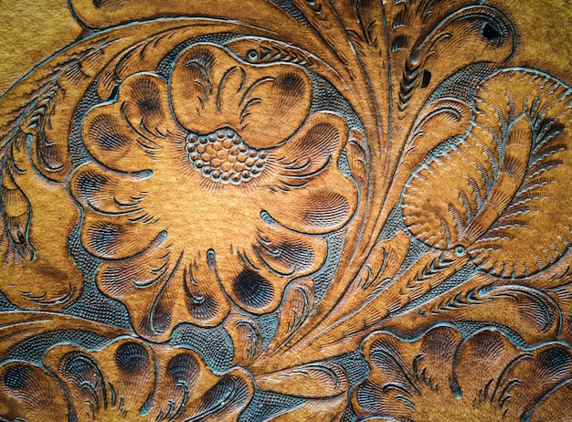 Cuir marron sculpté sur selle. fond rétro et vintage.