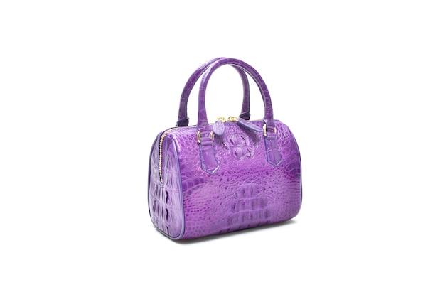 Cuir de sac de crocodile véritable violet isolé sur blanc