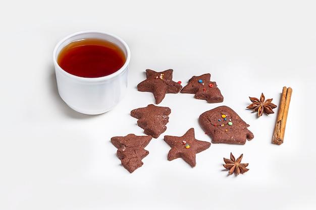 Cuire des biscuits au chocolat de noël et du nouvel an ou du pain d'épice. cuisson festive traditionnelle, cuisiner avec les enfants. étape 14 pain d'épices cuit au four et tasse de thé chaud. recette étape par étape