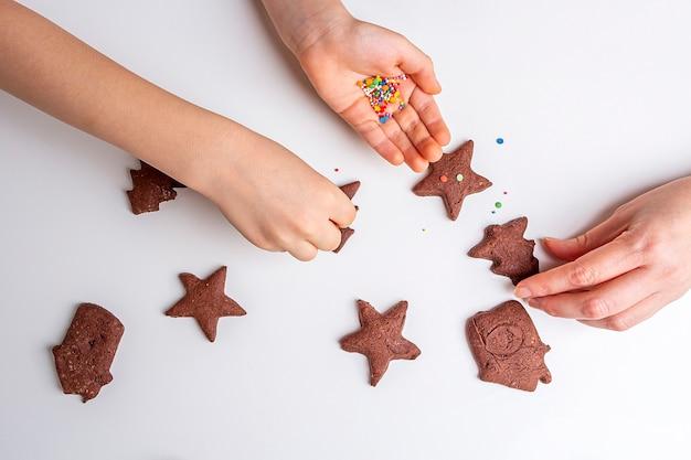 Cuire des biscuits au chocolat de noël