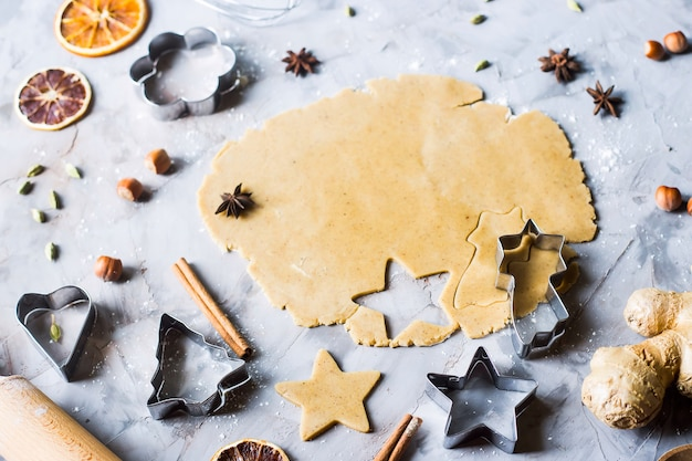 Cuire des biscuits de pain d'épices à partir de la pâte en utilisant différentes formes