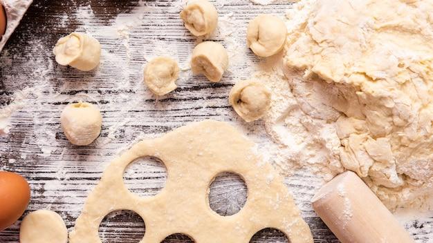 Cuire des boulettes faites maison à partir de produits naturels. vue de dessus.
