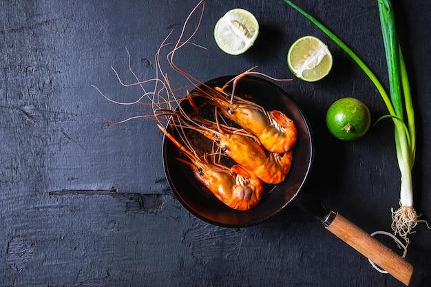 Cuire les crevettes aux fruits de mer dans une casserole.