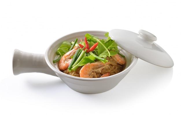 Cuire les crevettes et les vermicelles garnis de sauce épicée. nourriture thaï