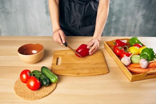 Cuire le déjeuner de femme à la maison la nourriture végétarienne