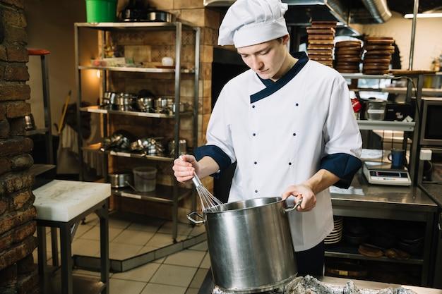Cuire en fouettant quelque chose dans une casserole