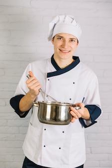 Cuire en fouettant quelque chose dans une petite casserole