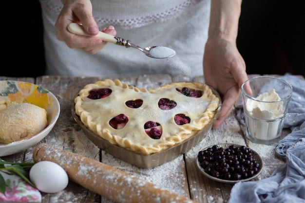 Cuire un gâteau aux fruits en forme. sucre saupoudré de gâteau aux fruits.