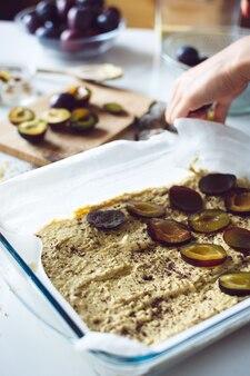 Cuire un gâteau aux prunes