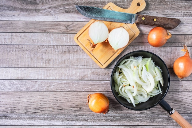 Cuire l'oignon dans un plat à la cuisine