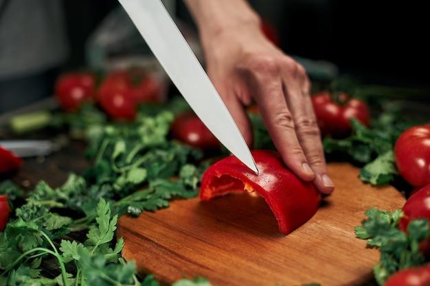Cuire le paprika en tranches sur une planche à découper en bois