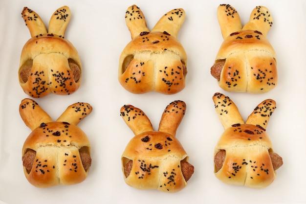 Cuire des petits pains faits maison en forme de lapins, processus étape par étape