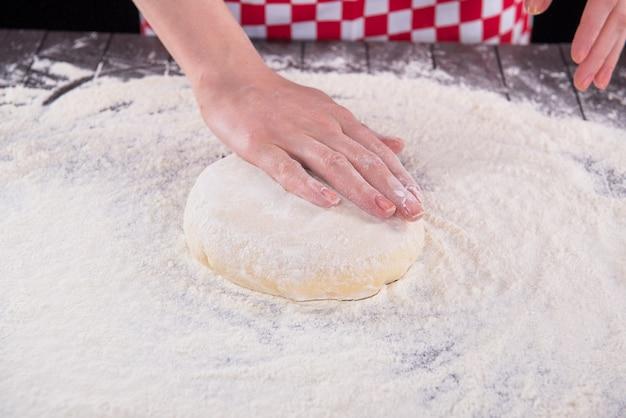 Cuire préparer la pâte pour la cuisson dans la cuisine