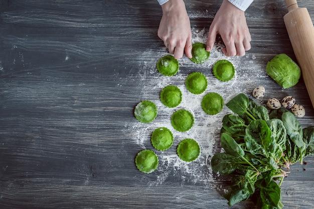 Cuire des raviolis verts