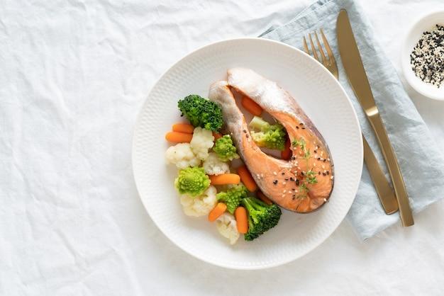 Cuire le saumon et les légumes à la vapeur, vue de dessus, copiez l'espace. paléo, céto, fodmap, régime dash.