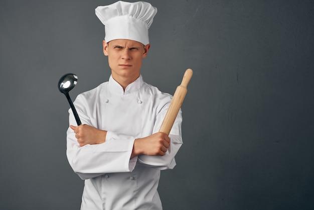 Cuire en uniforme des articles de cuisine au look sérieux et professionnel