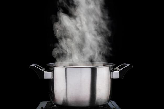 Cuire à la vapeur sur une marmite