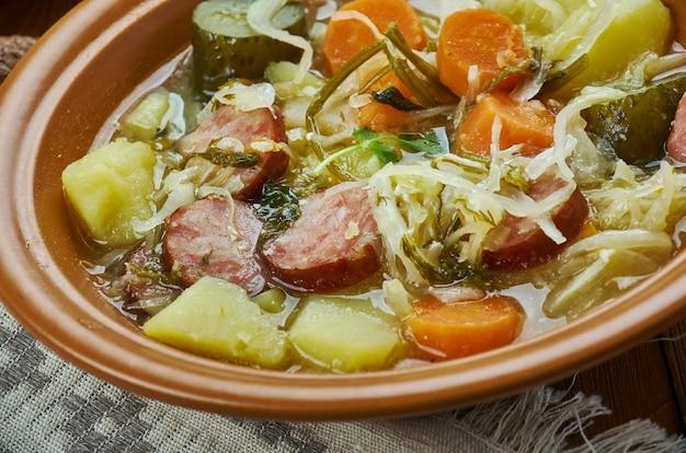 Cuisine allemande, kohlsuppe, soupe au chou allemande traditionnelle et authentique cuite lentement