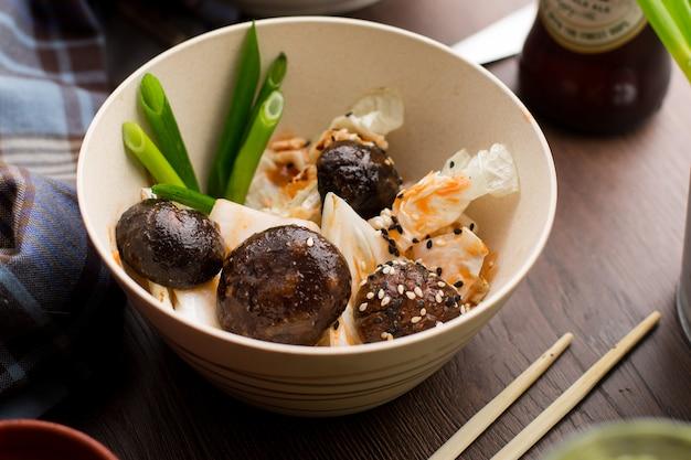 Cuisine asiatique: champignons avec sésame et oignons