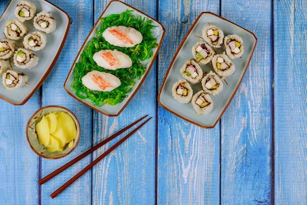 Cuisine asiatique ensemble de rouleaux de sushi au gingembre et baguettes