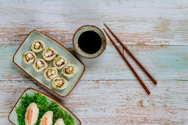 Cuisine asiatique ensemble de rouleaux de sushi avec sauce soja et baguettes