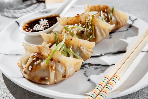 Cuisine asiatique avec des épices high angle