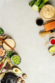 Cuisine asiatique sur fond gris, vue de dessus