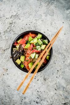 Cuisine asiatique à la mode, bol à sushis avec concombre, saumon, avocat