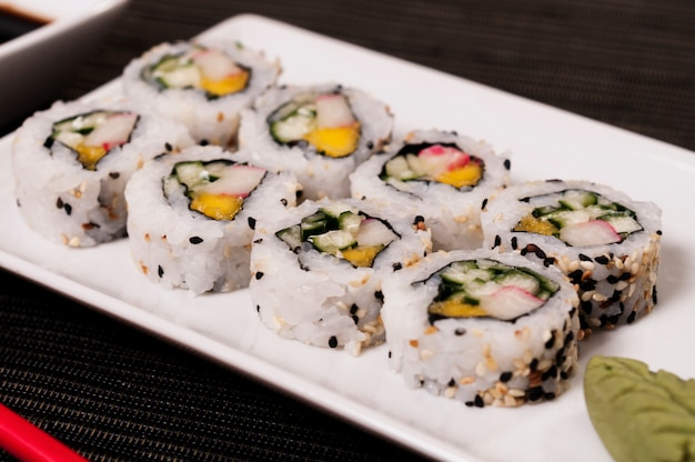 Cuisine asiatique, nourriture au poisson rafraîchissante et délicieuse, fruits de mer, uramaki japonais au saumon et au riz avec légumes, aliments biologiques